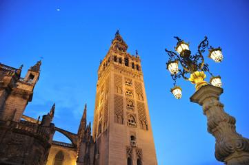 Giralda de Sevilla al atardecer