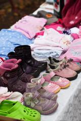 Flohmarktstand mit Kinderkleidung