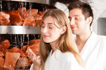 Junges Paar in der Salzgrotte von einem Spa
