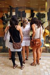 Grupo de amigas mirando escaparates