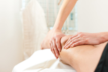 Patient bei der Physiotherapie - Massage