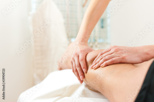 Leinwanddruck Bild Patient bei der Physiotherapie - Massage