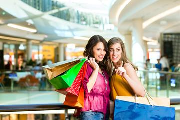 Zwei Freundinnen beim Shoppen im Kaufhaus