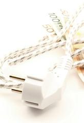 Filo con spina sfuocati banconote in euro consumo elettricità