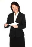 Frau im Businesslook öffnet einen Brief