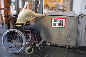 Rollstuhlfahrerin an defektem Lift