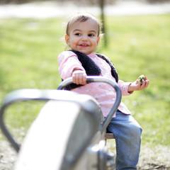 Kleinkind auf der Wippe