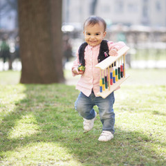Kleinkind mit Rechenschieber