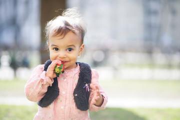 Kind mit Erdbeere