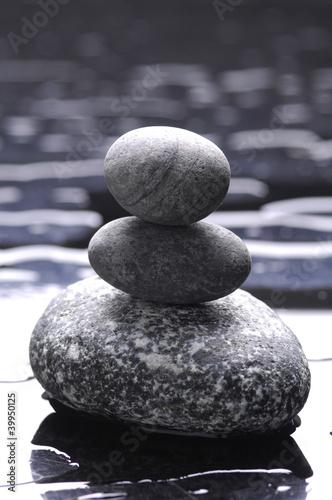 zen-kamienie-stos-z-kropli-wody