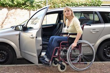 Rollstuhlfahrerin steigt in Auto