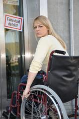 Rollstuhlfahrerin vor defektem Lift