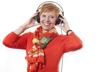 Aktive Frau (64 Jahre) geniesst Musik mit Kopfhörer