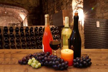 calici di vino con in sfondo cantina