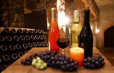 calici di vino con sfondo di cantina