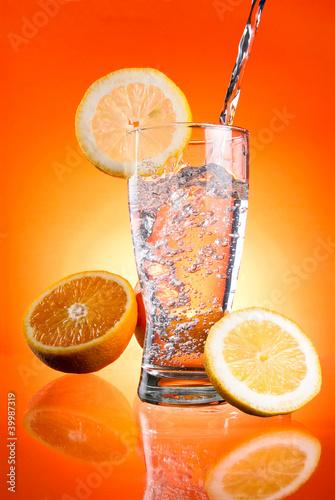 wlewanie-wody-mineralnej-do-szklanki-z-cytryna-i