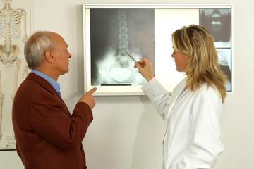 Eine Ärztin erklärt dem Patienten den Befund