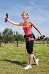 Sportliche Frau beim Schwunghanteltraining