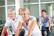 Senioren beim Reha-Training im Fitnesscenter