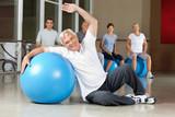 Mann macht Rückenübungen mit Gymnastikball