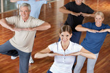 Fototapety Senioren machen Zumba-Kurs