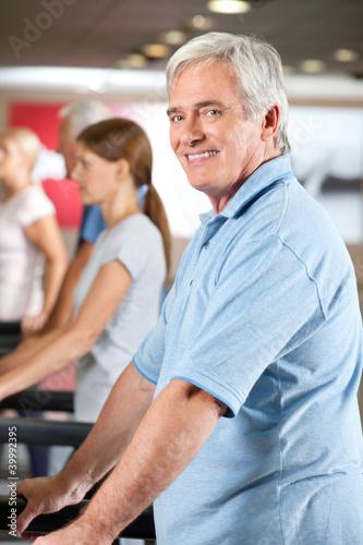 Mann auf Laufband im Fitnesscenter