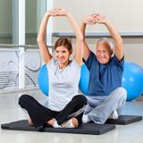 Fitnessgruppe dehnt sich
