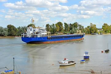 Buque mercante por el río Guadalquivir