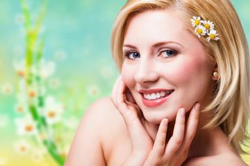junge attraktive Frau mit Kamillenblüten im Haar