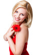 junge blonde Frau mit roter Gerbera