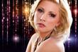 junge blonde Frau vor Lichterhintergrund