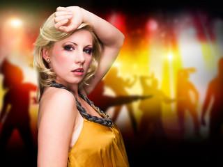 junge blonde Frau vor Party-Hintergrund