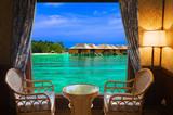 Widok na tropikalne wybrzeże z hotelowego okna - 40014718