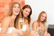 Wellness - Freundinnen trinken Sekt im Spa