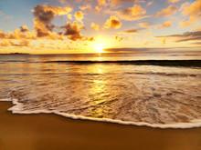 Magnifique coucher de soleil sur la plage