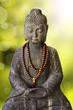 Bouddha assis, fond lumineux vert