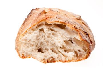Gebrochenes Brot auf weißem Hintergrund