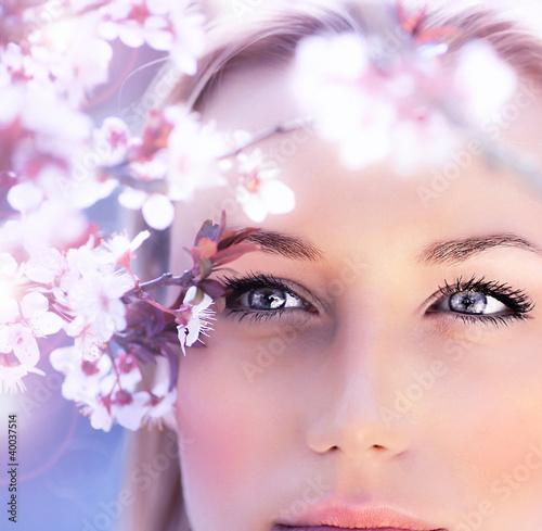 zmyslowy-portret-wiosny-kobieta