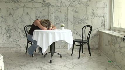 Junge Frau im Cafe wartet auf ein Anruf