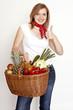 junge Frau mit Gemüseeinkaufskorb