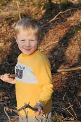 Kind spielt in Natur