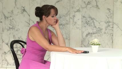 Junge Frau im Abendkleid wartet auf ein Anruf
