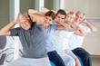 Senioren beim Rückenkurs im Fitnesscenter