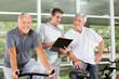Fitnesstrainer trainiert Senioren