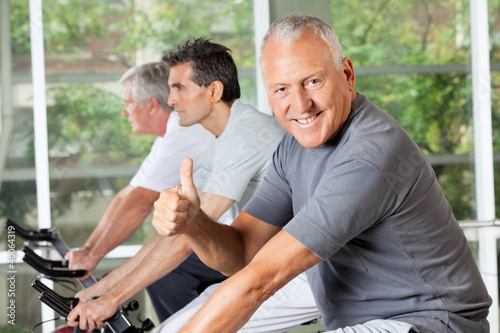 Senior im Spinning-Kurs hält Daumen hoch