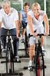 Senioren beim Reha-Sport im Fitnesscenter