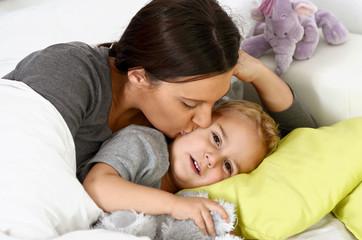 Mutter und Sohn beim zu Bett gehen