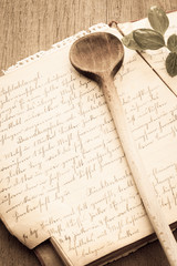 Altes Rezeptebuch mit Kochlöffel