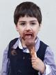 bambino che mangia gelato al cioccolato sporco