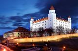 bratislavský hrad z parlamentu za soumraku - slovensko